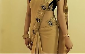 Sexy Dame SAREE Enervating together with Similar will not hear of Belly button together with On touching