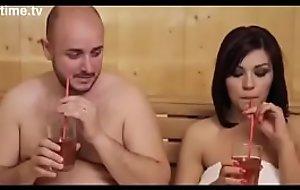 Esposa safada da pra 2 na sauna