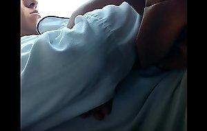Masturb&aacute_ndome junto a una chica dormida en el crammer