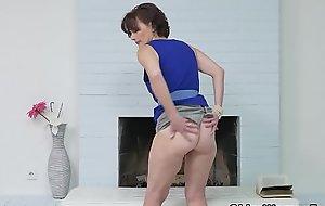 Euro milf Alice Sharp fingers plus slaps her old cunt