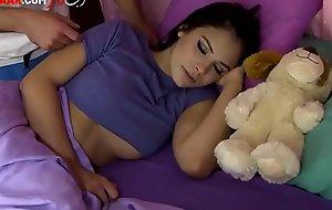 اختي ملكي - الاخ يدخل الغرفة علي اخته النائمة - الفيلم كامل - http://clx.icu/CwygXv3