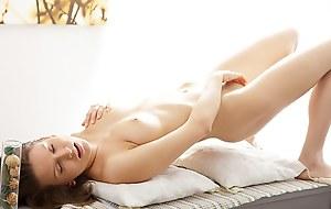 Art-lover porn video shows a hottie masturbating